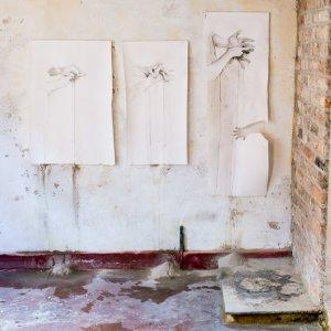 MANGEL - Installatie in een muurhuis – houtas, houtskool op papier – 2016