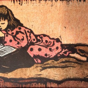 Saskia lezend op de sofa, 1965, linoleumsnede kleur, 11 x 20 cm