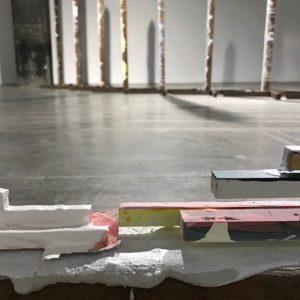 Installatie van 9 staande en 1 liggende paal voor groepstentoonstelling in Loods 6, Amsterdam.  6x6x3m.