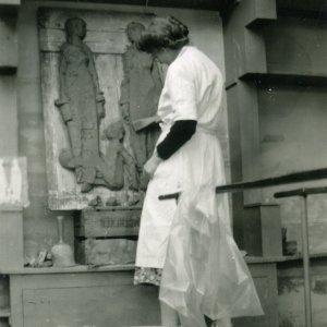Vera van Hasselt werkt aan Drie Generaties, 1951