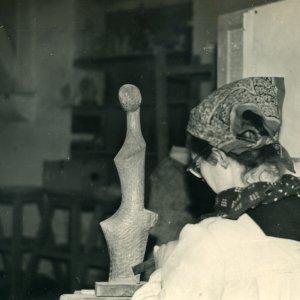 Vera van Hasselt werkt aan Eclore, 1953, hout